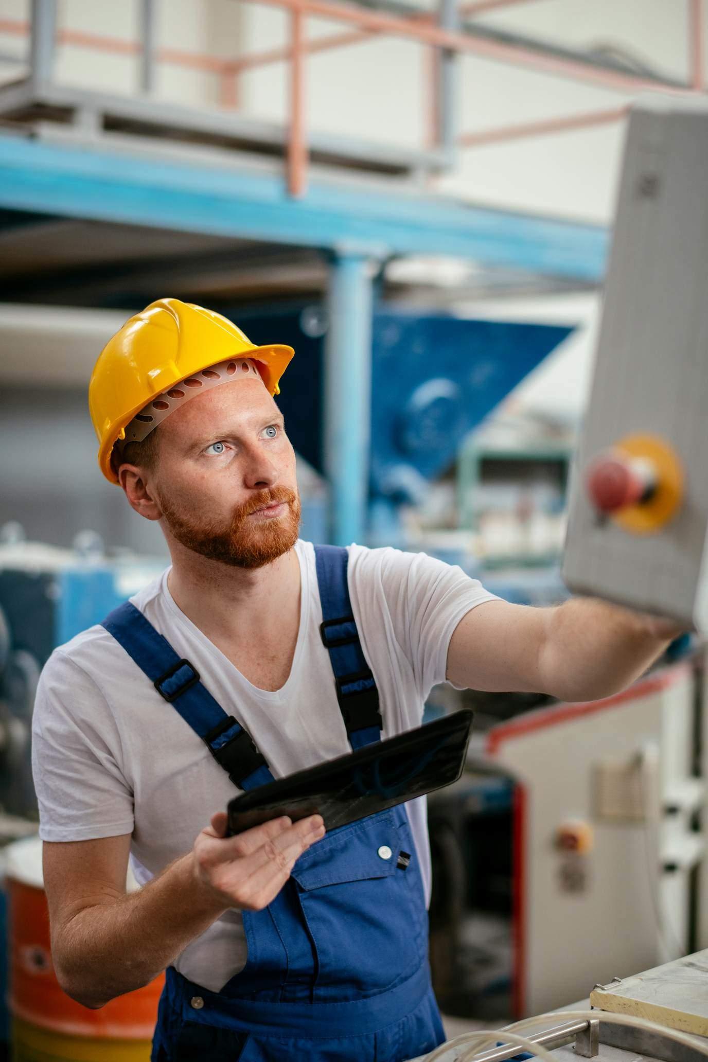 Servicetechniker mit Tablet wartet Maschine