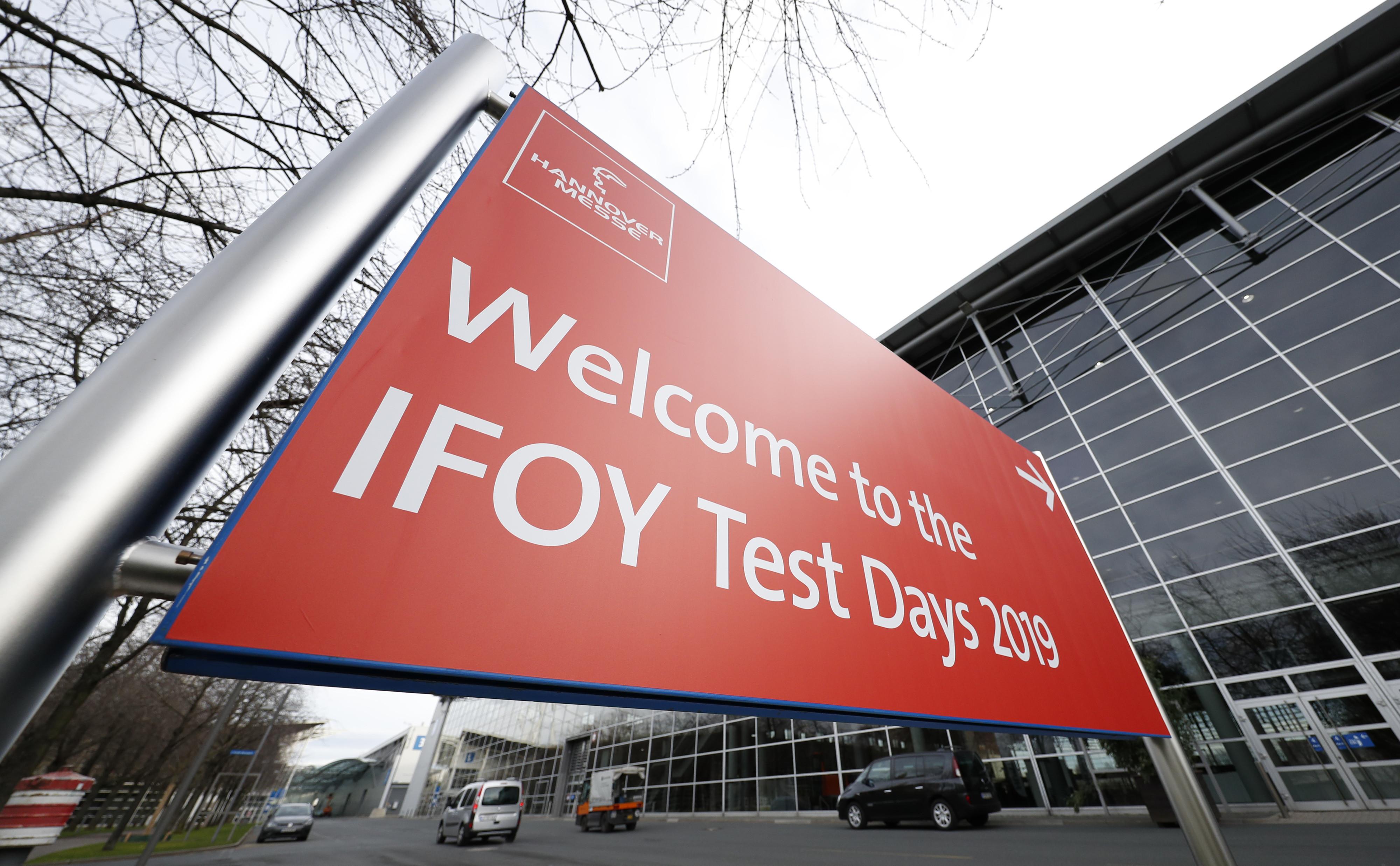 """Schild """"Welcome to the IFOY Test Days"""" vor Messeglände in Hannover"""