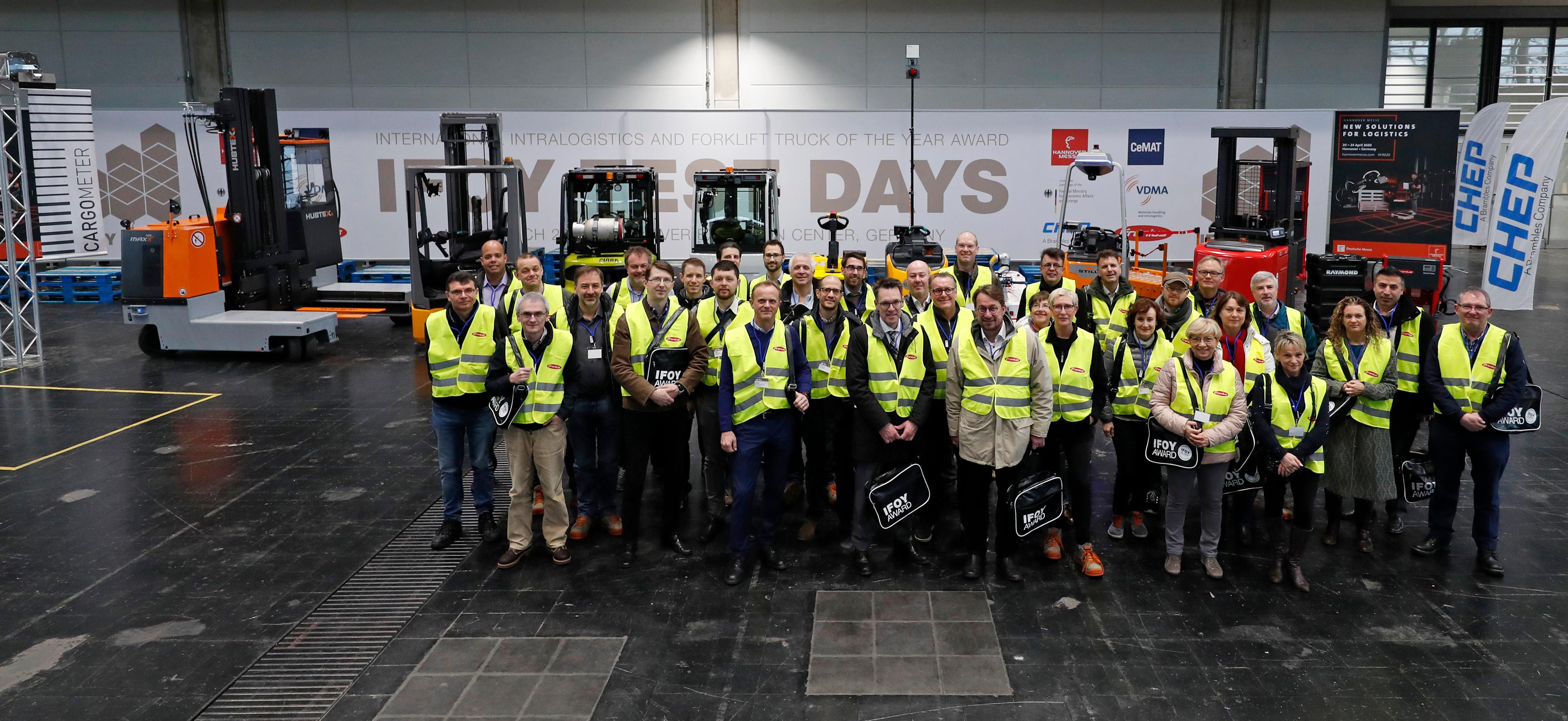 Gruppenfoto der IFOY Jury 2019 - im Hintergrund Gabelstapler